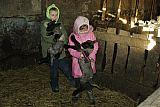 Vaikai laiko Lietuvos juodgalvius avinukus